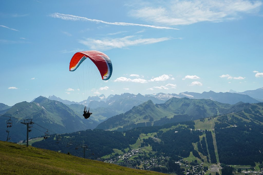 Summer paragliding in Les Gets