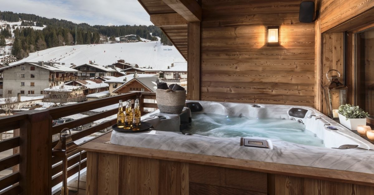 Hot tub on the balcony at Le Coin Perdu Chalet in Les Gets
